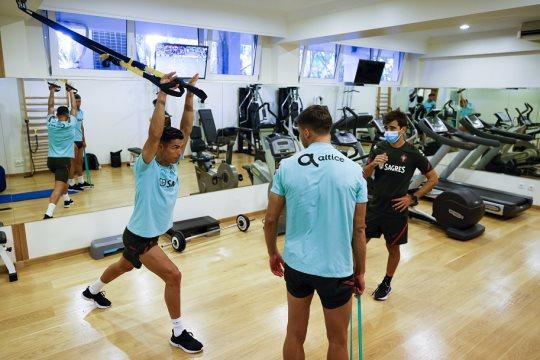Ronaldo tập hồi phục trong phòng gym đội tuyển Bồ Đào Nha sáng 2/9.