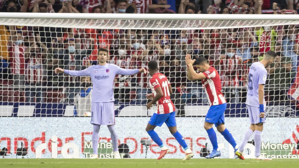 Suarez chắp tay sau pha ghi bàn vào lưới Barca. Ảnh: MD.