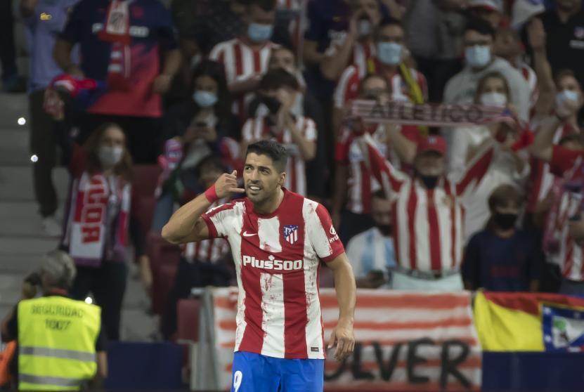 Suarez giả nghe điện thoại trước khi trận đấu trở lại.