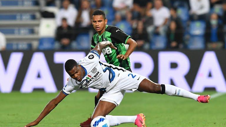 Sassuolo (xanh đen) gây nhiều khó khăn cho Inter trận này. Ảnh: Reuters