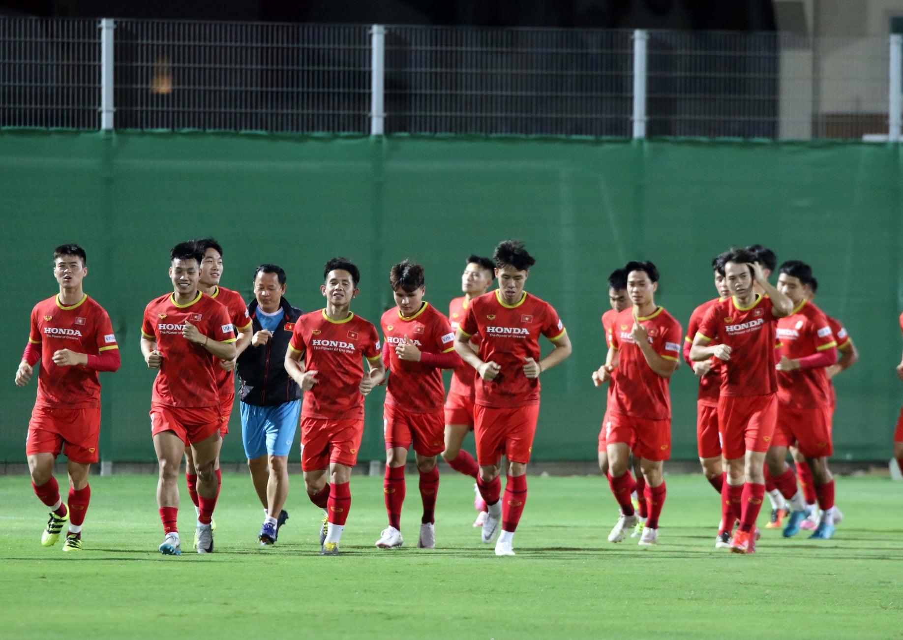 Các cầu thủ Việt Nam khởi động trước buổi tập tối 4/10. Ảnh: VFF