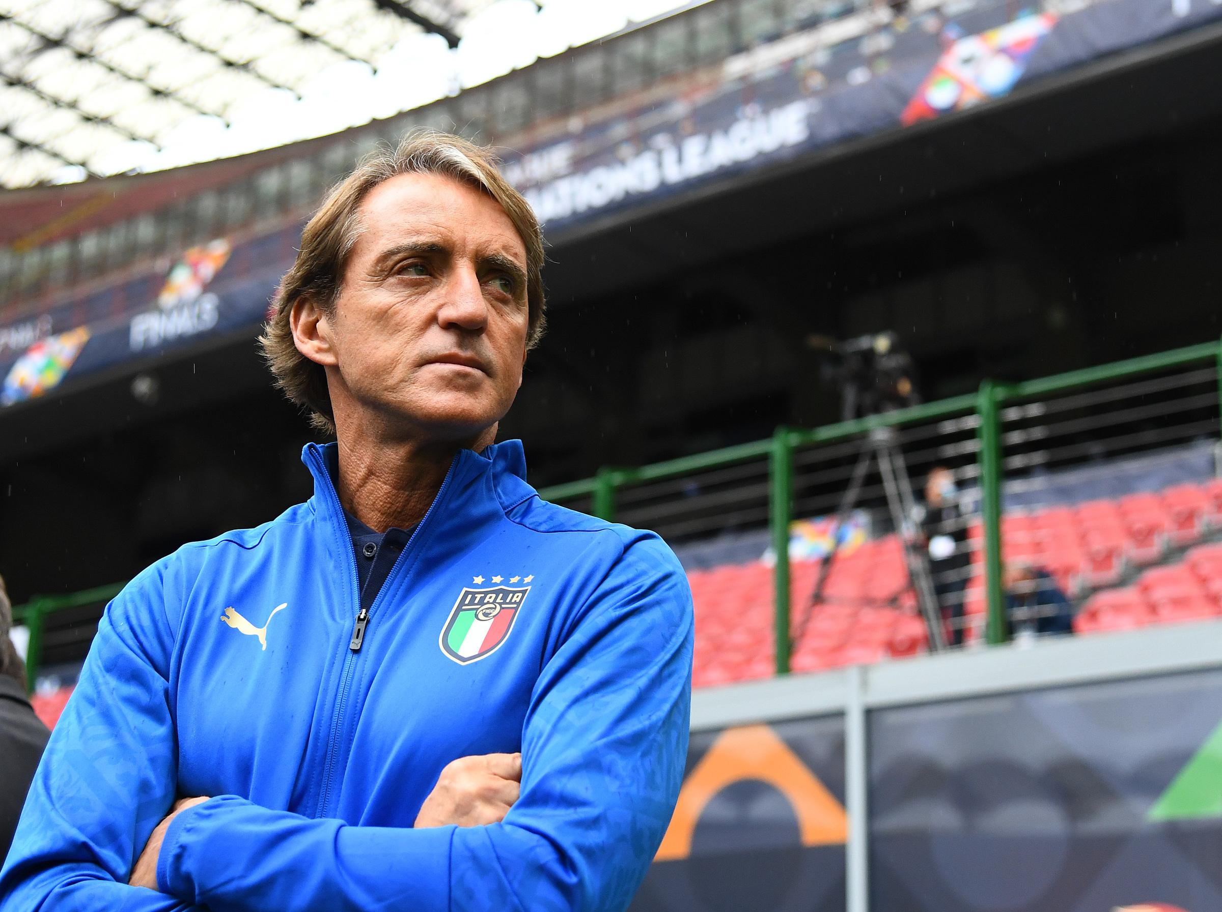 Mancini quan sát các tuyển thủ Italy tập tại San Siro hôm 5/10. Ảnh: FIGC