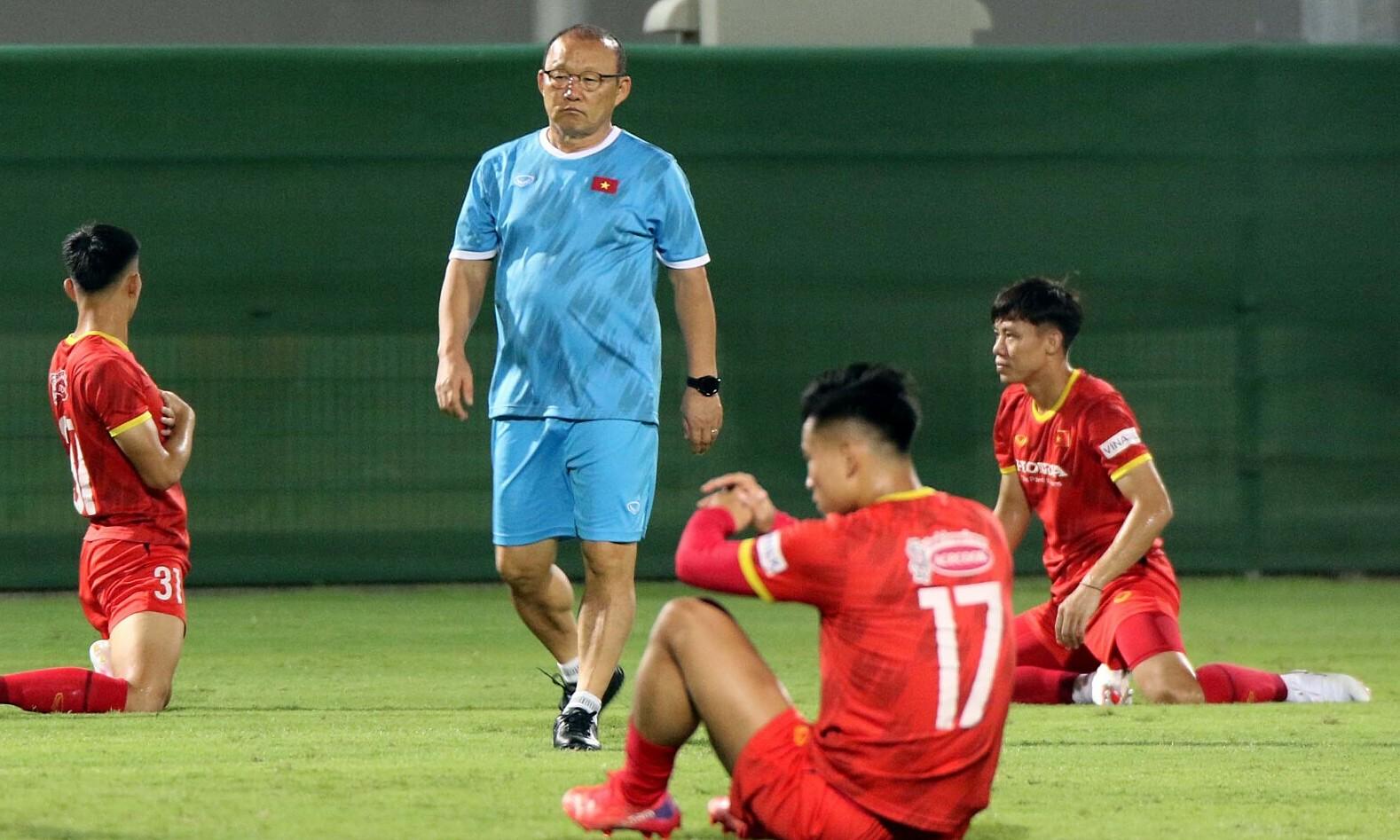 HLV Park chỉ đạo học trò tập buổi đầu tiên ở UAE hôm 2/10. Ảnh: VFF