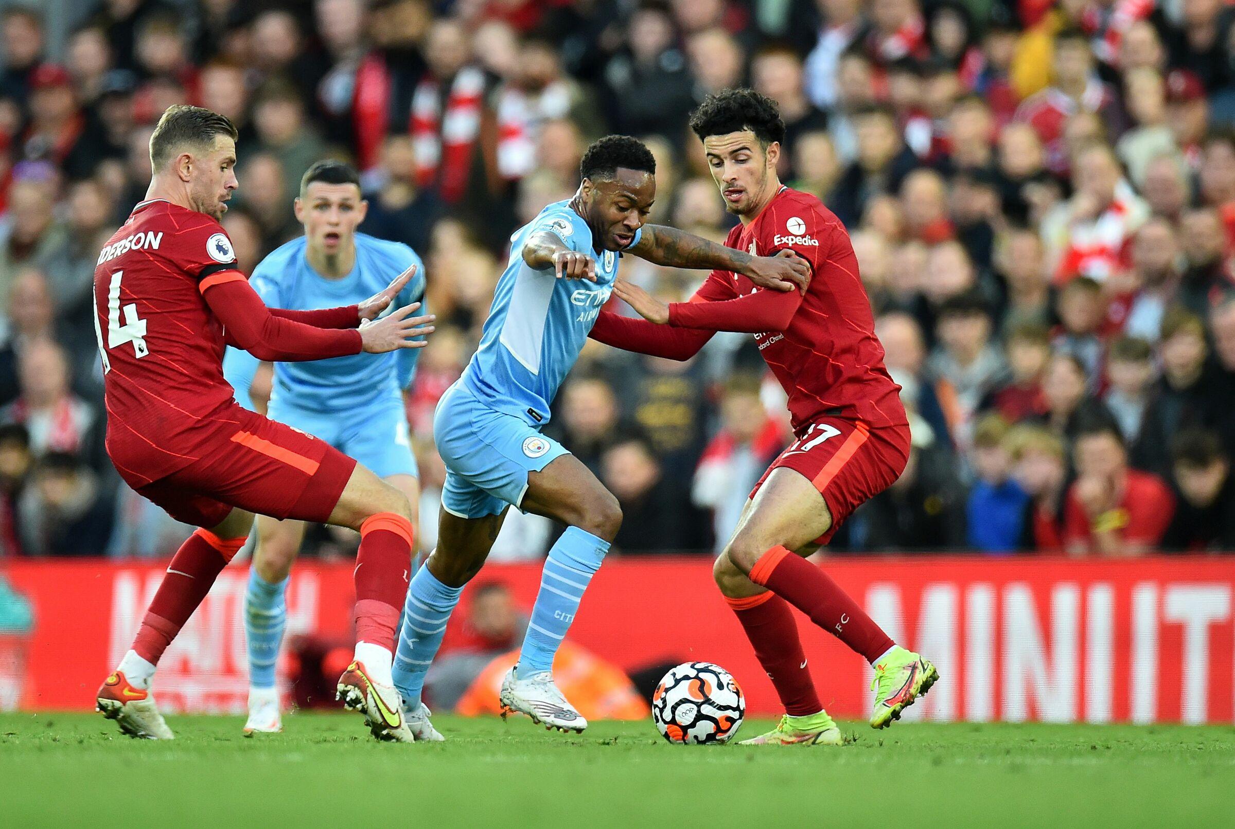 Sterling và Foden (áo xanh) trong ảnh là hai trong nhiều cầu thủ tấn công chơi không hiệu quả của Man City trong trận hoà Liverpool 2-2 tại Anfield hôm 3/10. Ảnh: Reuters