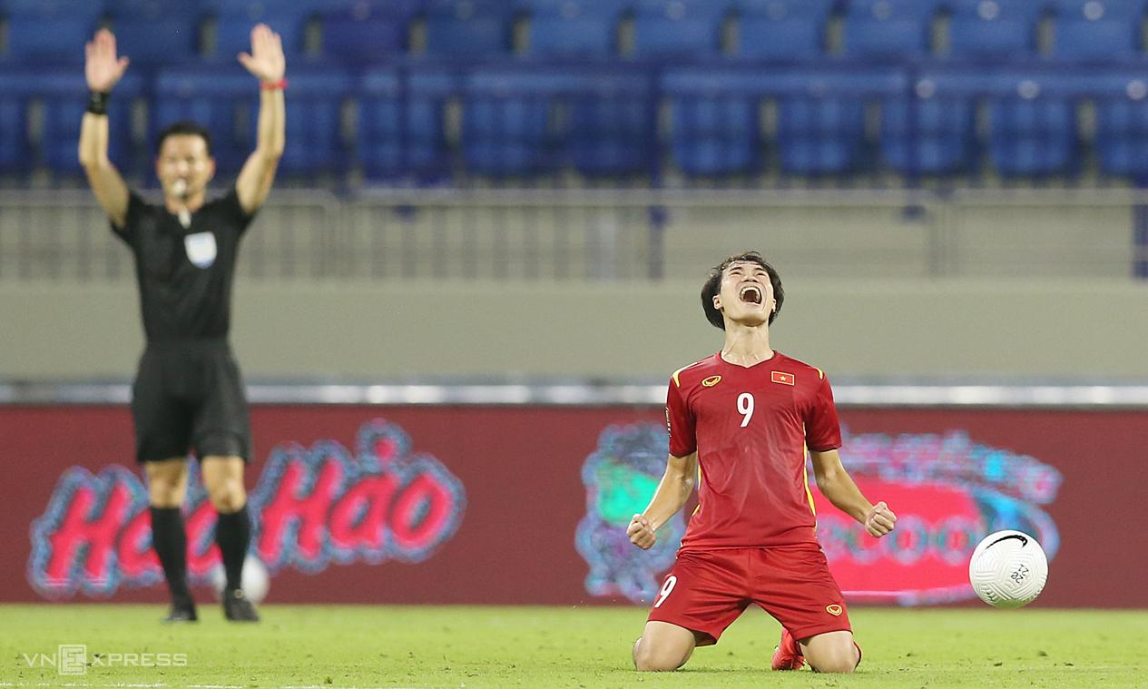 Văn Toàn reo mừng ghi trọng tài thổi còi mãn cuộc trận Việt Nam thắng Malaysia 2-1 hôm 11/6. Ảnh: Lâm Thoả
