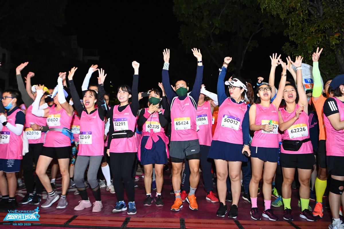 Hàng nghìn vận động viên nữ tham dự giải chạy đêm Hà Nội cuối năm 2020. Ảnh: VM