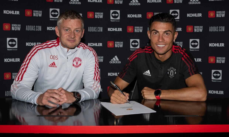 Ronaldo trong buổi ký hợp đồng với Man Utd hôm 9/9. Ảnh: Man Utd.