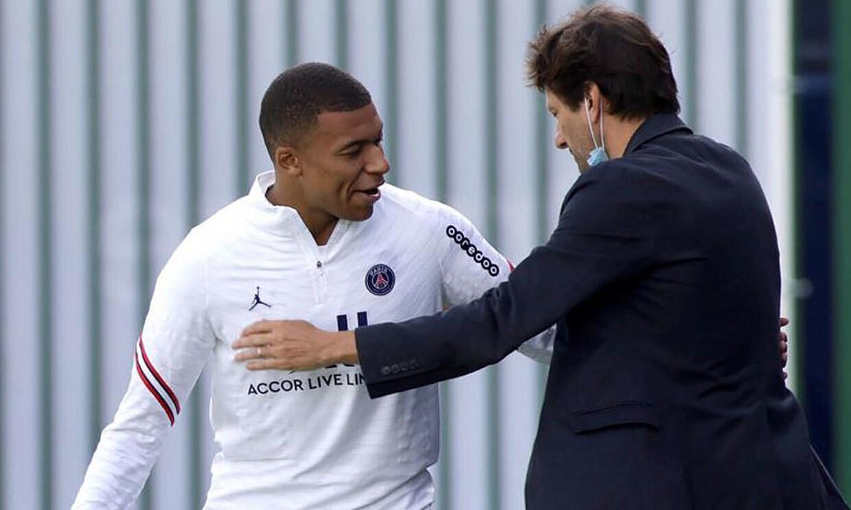 Mbappe và giám đốc thể thao PSG Leonardo. Ảnh: Marca.