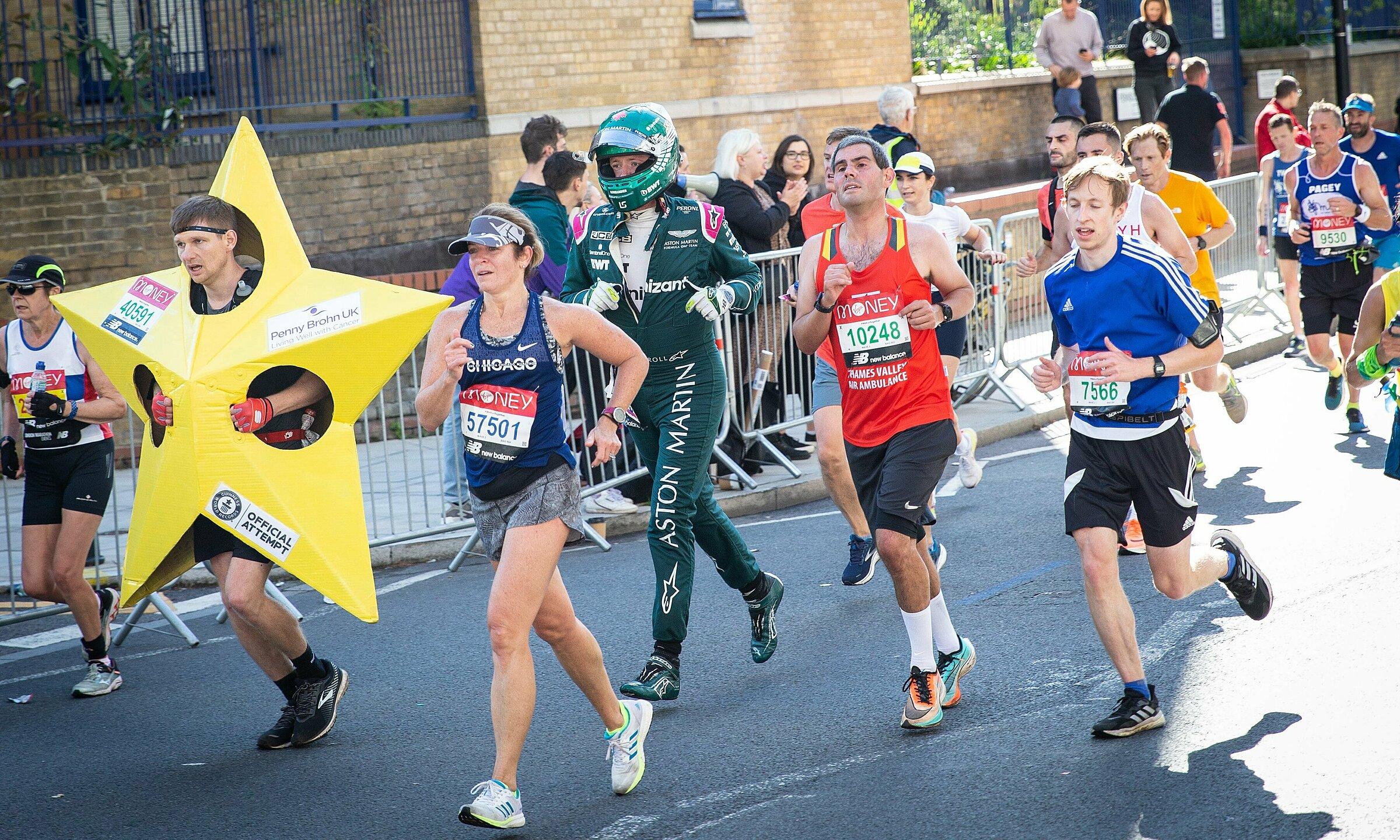 Crawford trong bộ trang phục thi đấu F1 của Aston Martin trên đường chạy London Marathon hôm 3/10. Ảnh: Twitter / F1