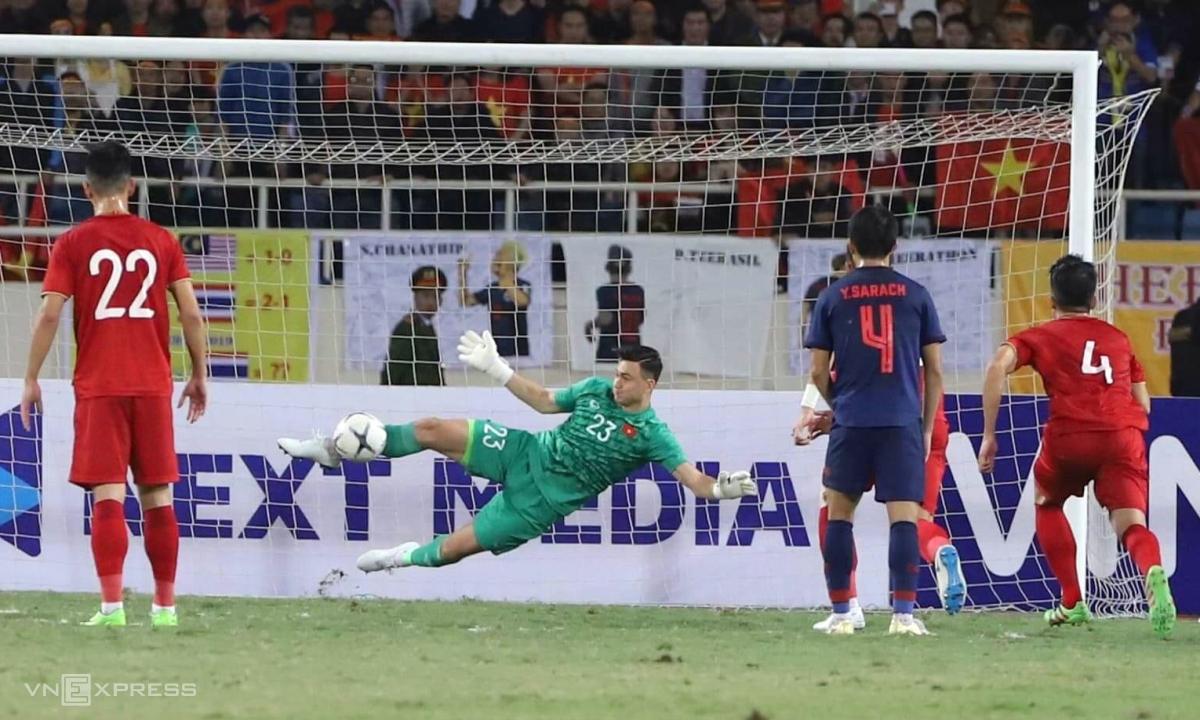 Tình huống duy nhất Việt Nam bị phạt đền mà không thủng lưới ở vòng loại World Cup 2022, khi Văn Lâm phá bóng bằng chân từ cú sút 11m của Theerathon Bunmathan.