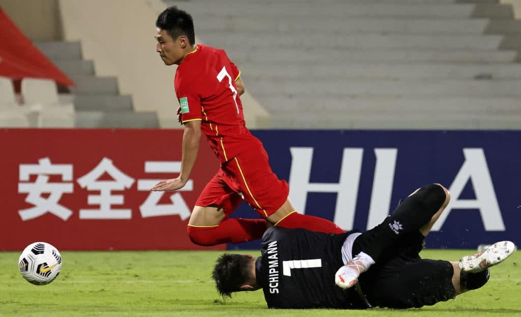Tình huống Vũ Lỗi vượt qua thủ môn Philippines và bị phạm lỗi. Ảnh: AFP