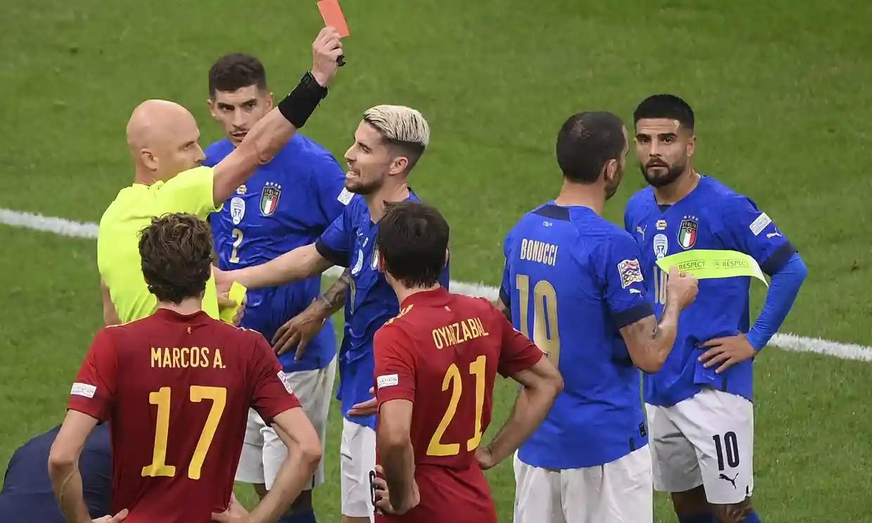 Trọng tài gây tranh cãi khi rút thẻ vàng thứ hai với Bonucci. Ảnh: AP.