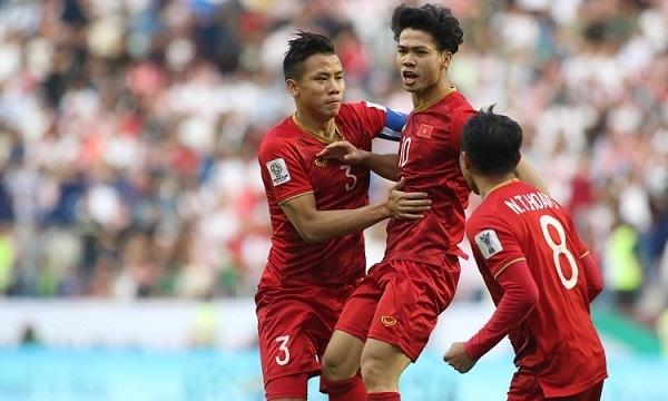 Công Phượng (giữa) mừng bàn vào lưới Jordan ở vòng 1/8 Asian Cup 2019. Ảnh: Anh Kho