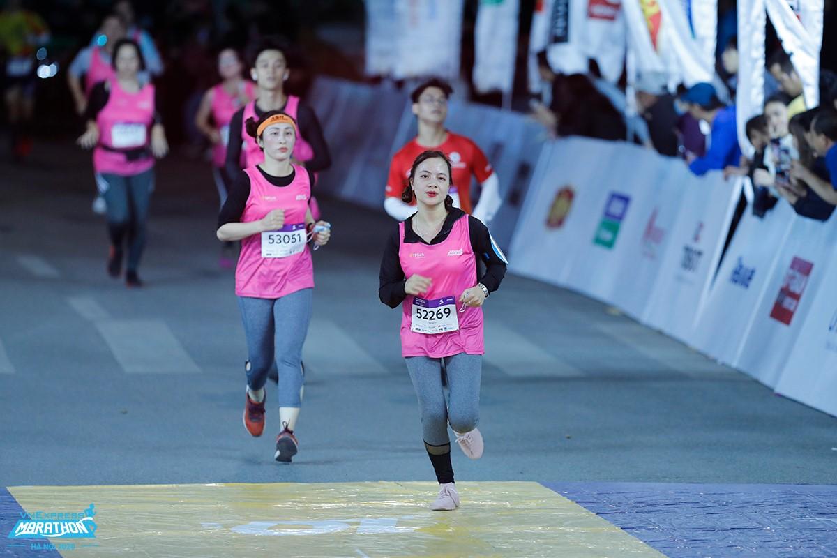 Vận động viên trên đường chạy đêm Hà Nội. Ảnh: VM