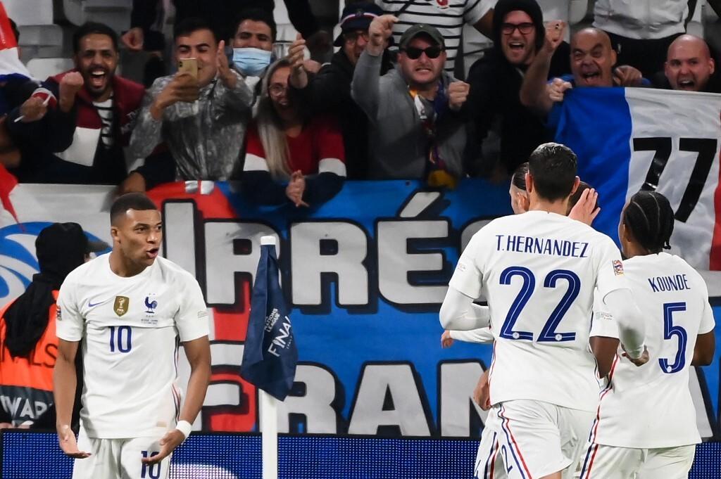 Kylian Mbappe (trái) mừng bàn gỡ hoà 2-2 từ chấm phạt đền, trên sân Juventus tại Turin (Italy). Ảnh: AFP