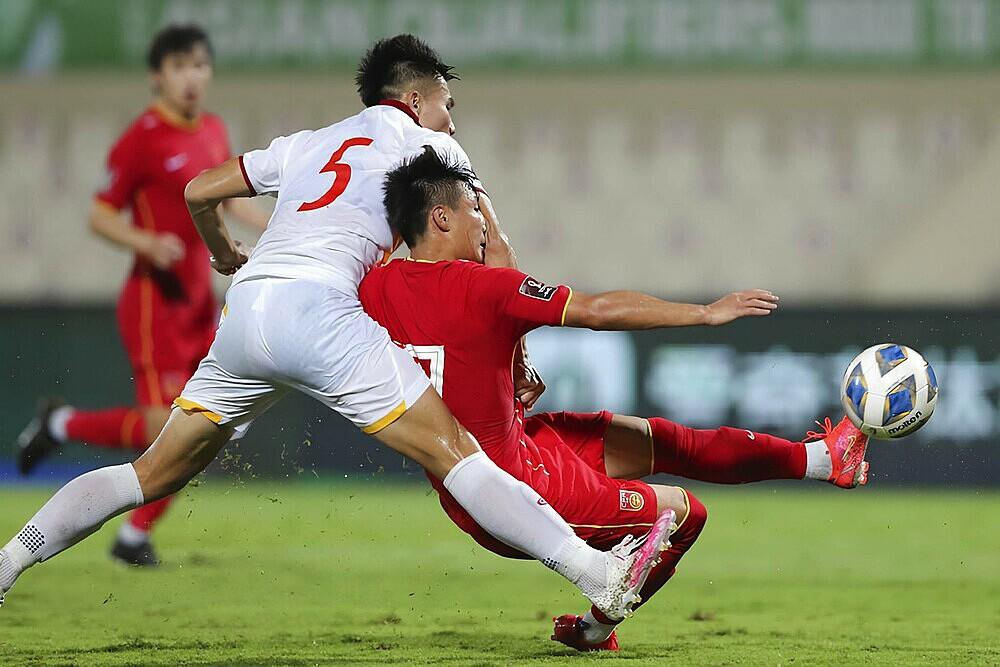 Thanh Bình không kèm được Wu Lei, để tiền đạo này ghi bàn ở phút bù giờ thứ năm, giúp Trung Quốc thắng 3-2. Ảnh: AFP