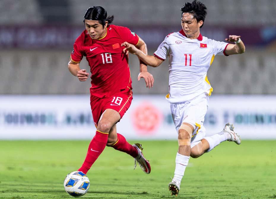 Zhang Yuning  tranh chấp với Nguyễn Tuấn Anh trong trận Trung Quốc thắng Việt Nam 3-2 ngày 8/10.