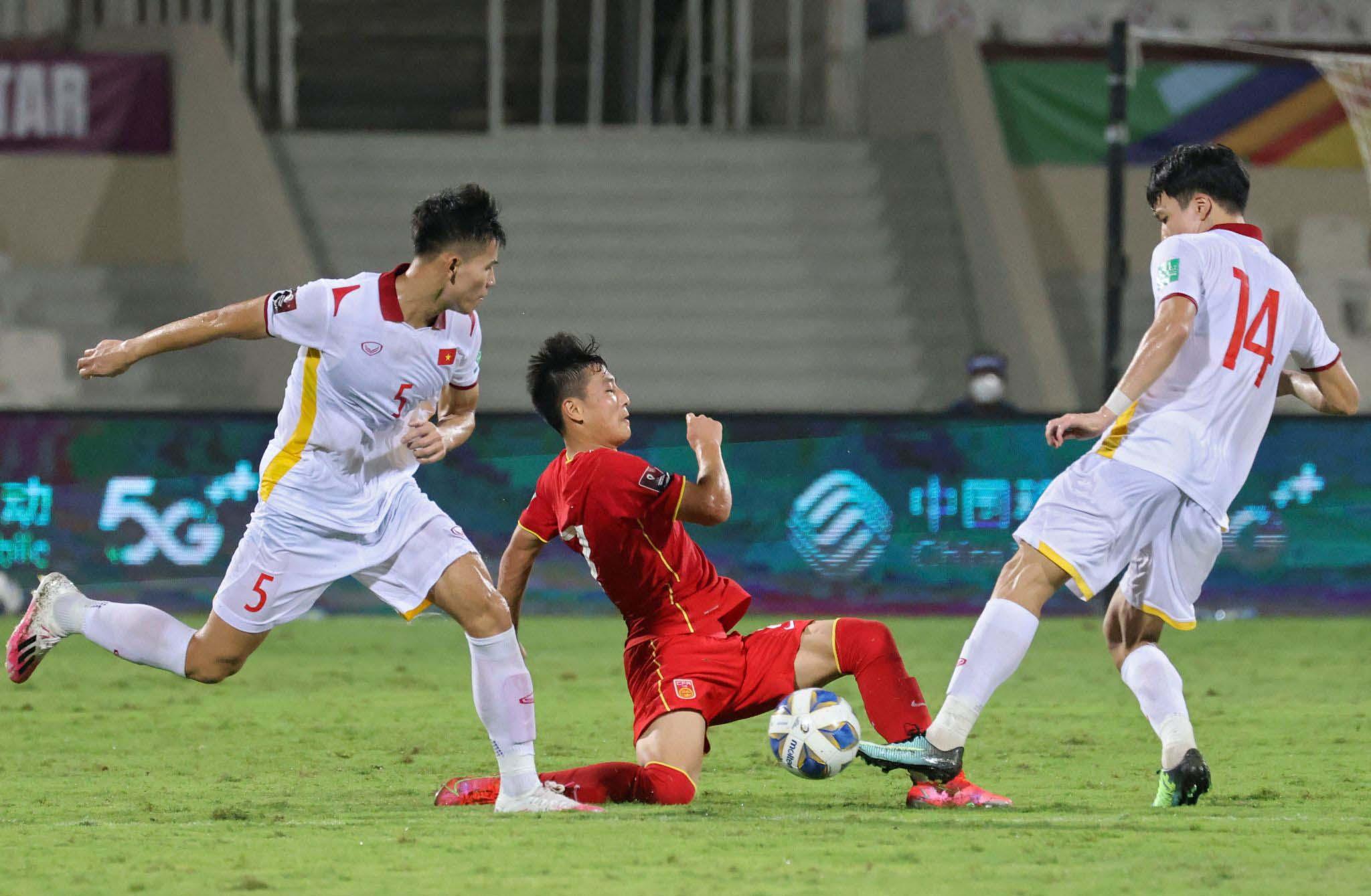 Trung vệ Nguyễn Thanh Bình  (số 5) vào sân thay người và mắc lỗi ở hai trong ba bàn thua của tuyển Việt Nam.