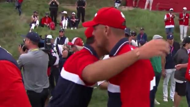 DeChambeau và Koepka ôm nhau ăn mừng ở Ryder Cup 2021.