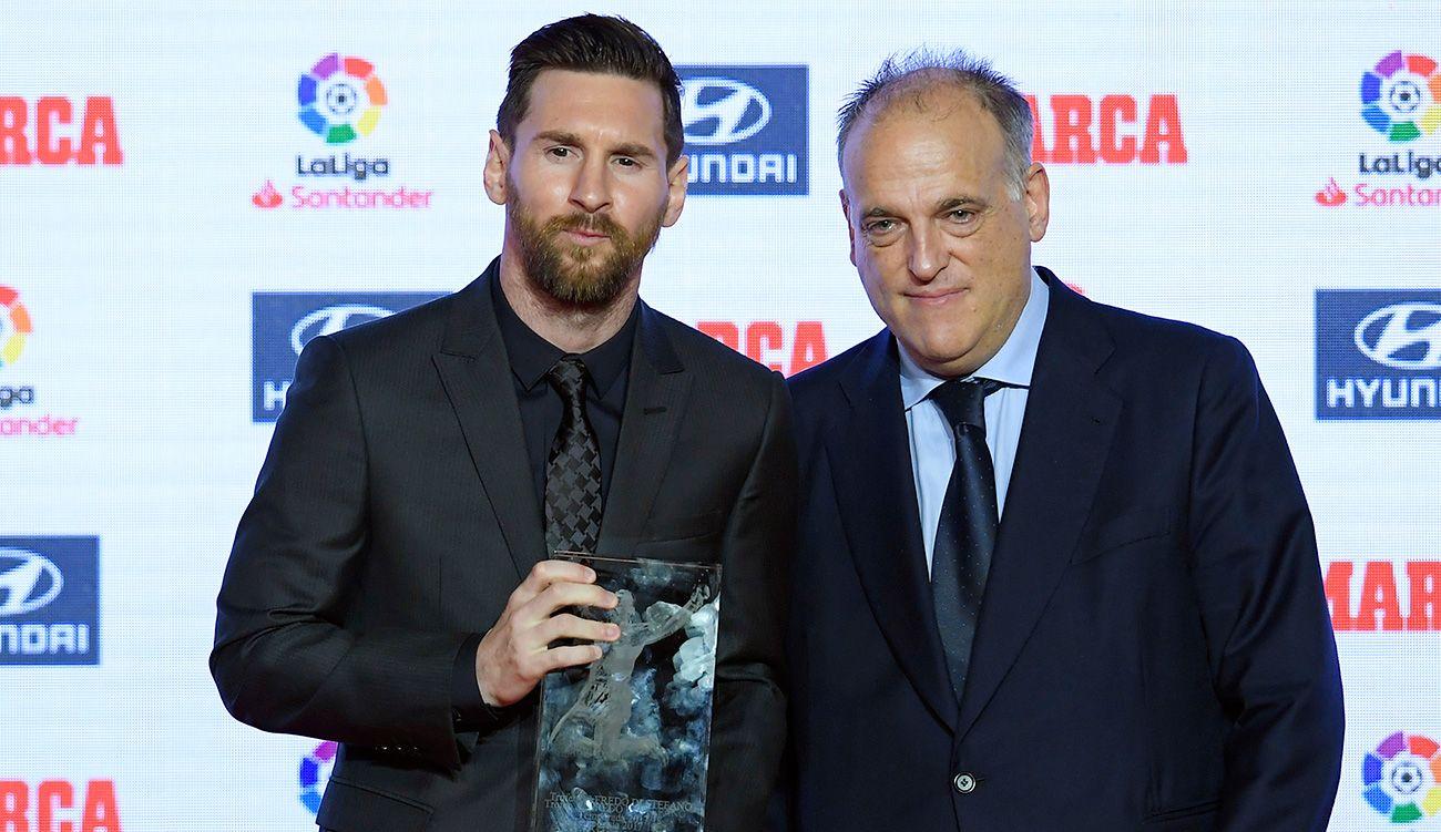 Tebas trong lễ trao giải cho Messi khi anh còn khoác áo Barca. Ảnh: Marca