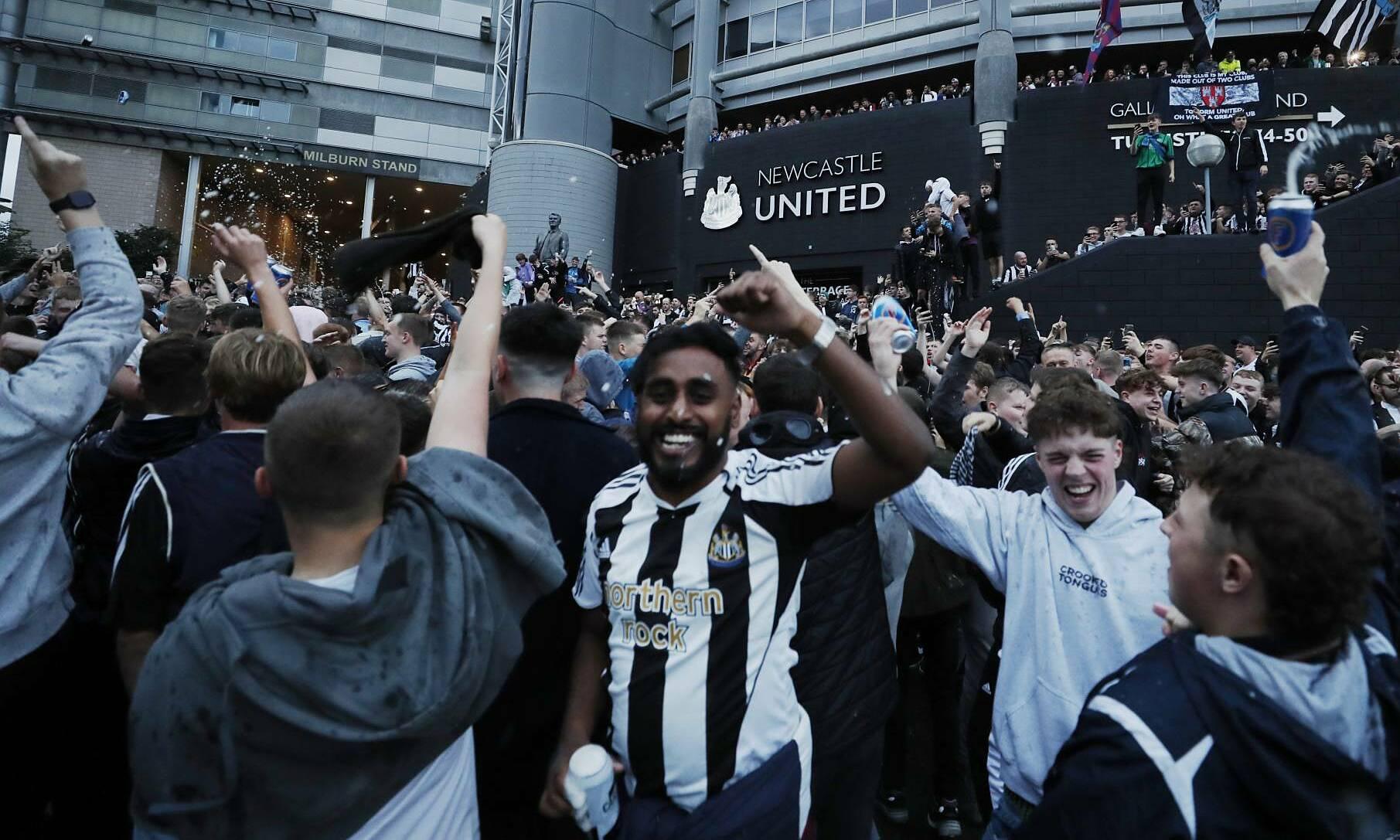 CĐV Newcastle ăn mừng những ông chủ mới hôm 7/10. Ảnh: Reuters