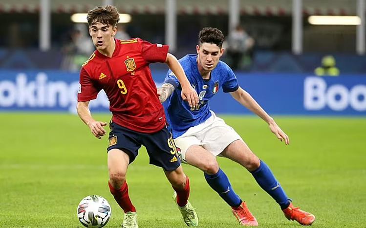 Gavi đi bóng trong trận đấu Italy.