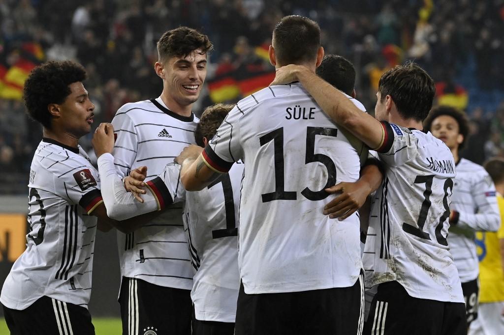 Các cầu thủ Đức mừng bàn gỡ của Gnabry. Ảnh: AFP