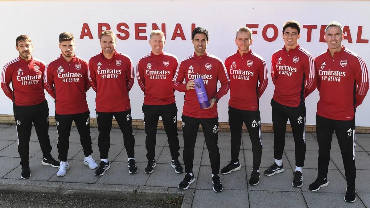 HLV Arteta mừng danh hiệu HLV hay nhất tháng 9 cùng đội ngũ huấn luyện Arsenal. Ảnh: Premier League