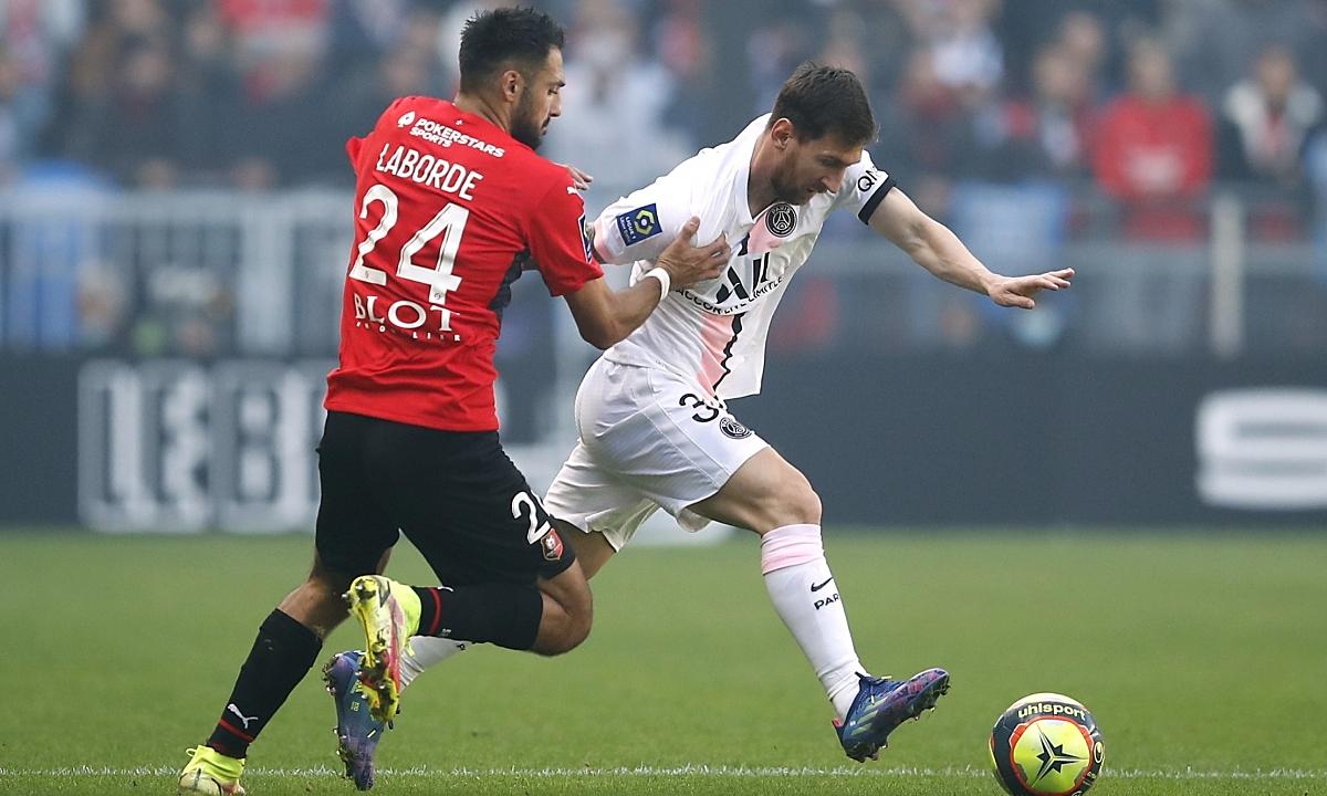 Messi (phải) trong trận thua 0-2 của PSG trước Rennes hôm 3/10. Ảnh: Reuters