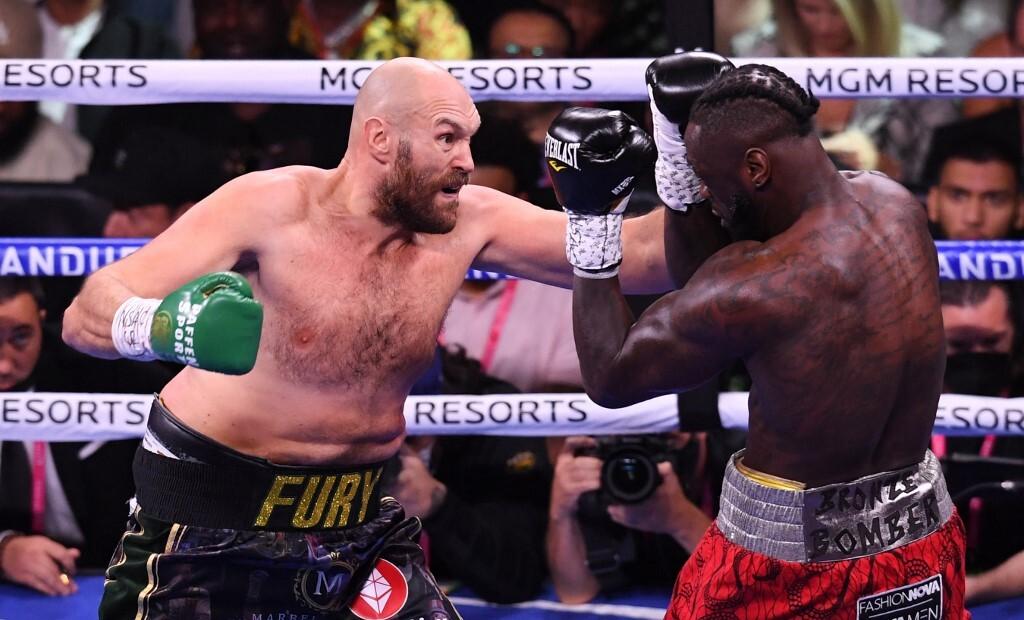 Đương kim vô địch WBC Tyson Fury (trái) áp đảo Deontay Wilder, trong trận so găng ở nhà thi đấu T-Mobile Arena tại Las Vegas, Nevada, 9/10/2021. Ảnh: AFP