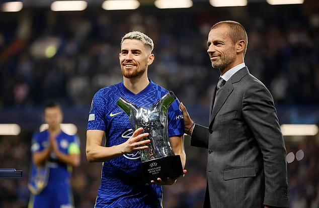 Jorginho (trái) được Chủ tịch UEFA trao giải Cầu thủ hay nhất UEFA mùa 2020-2021. Ảnh: Reuters.