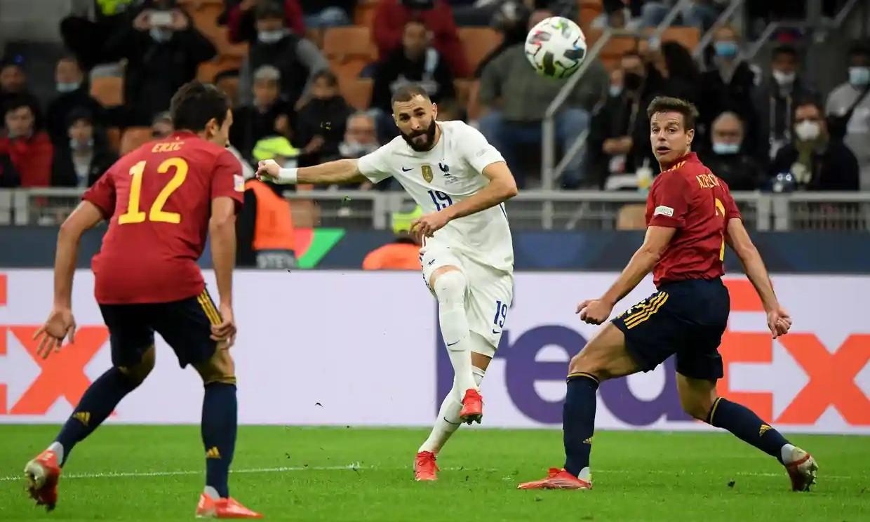 Benzema cứu tuyển Pháp khi ghi siêu phẩm để gỡ hòa cho đội nhà. Ảnh: Reuters.