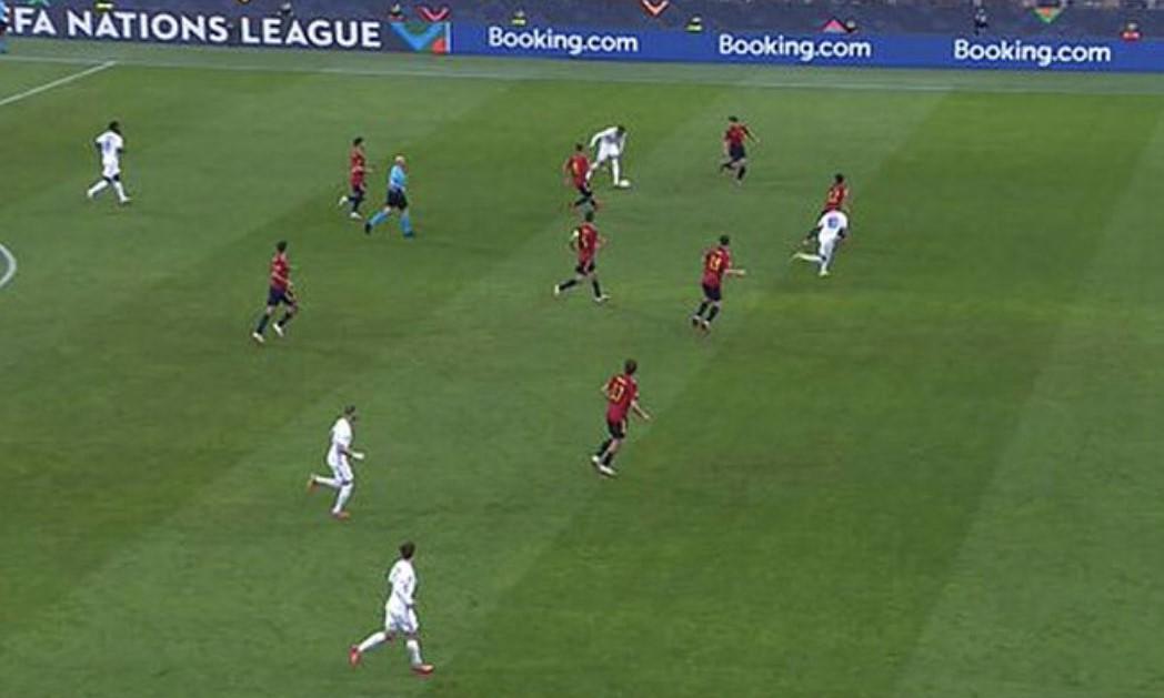 Mbapp đứng ở vị trí việt vị khi Hernandez chuyền bóng. Ảnh chụp màn hình.