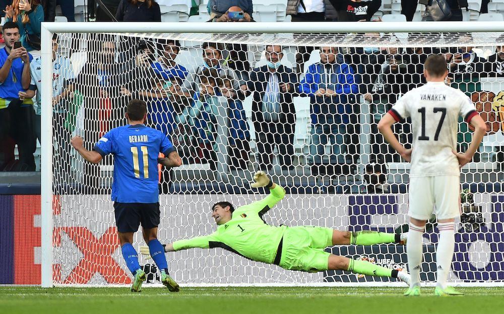 Courtois nhận bàn thua từ quả phạt đền của Berardi ở phút 65. Ảnh: Reuters.