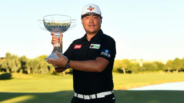 Im Sung-jae nâng Cup vô địch ở Shriners' Children Open 2021. Ảnh: AFP