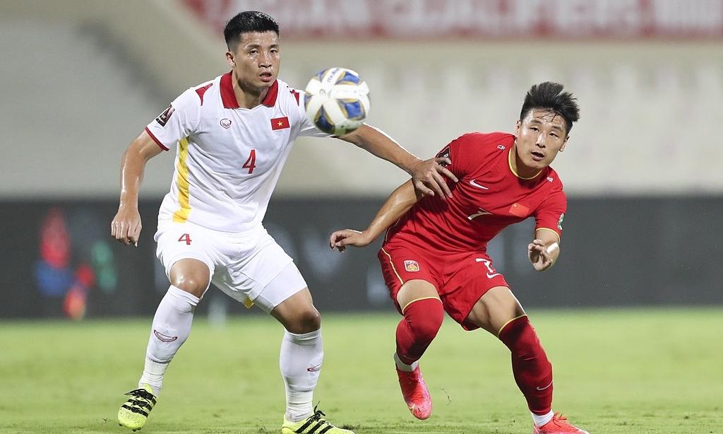 Việt Nam (áo trắng) sau khi thua Trung Quốc phút cuối, vẫn chưa kiếm điểm vào ở vòng loại thứ ba World Cup 2022. Ảnh: IC Photo
