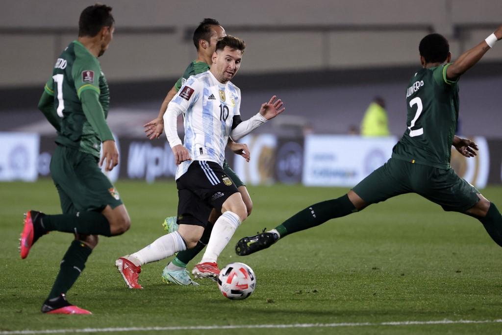 Messi đi bóng qua các cầu thủ Bolivia. Ảnh: AFP