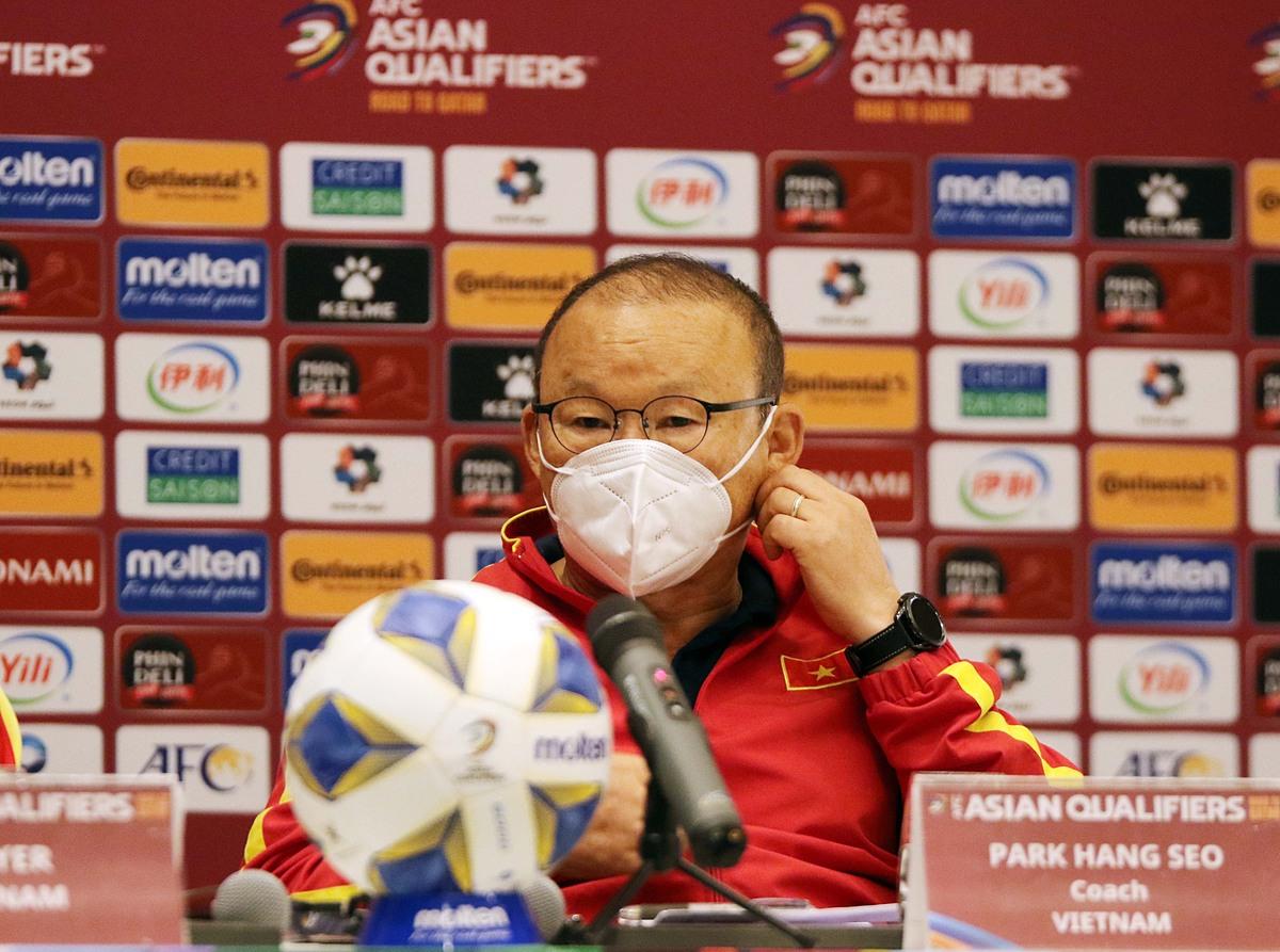 HLV Park Hang-seo trả lời hợp báo trước trận đấu Oman, chiều 11/10. Ảnh: Đoàn Huynh