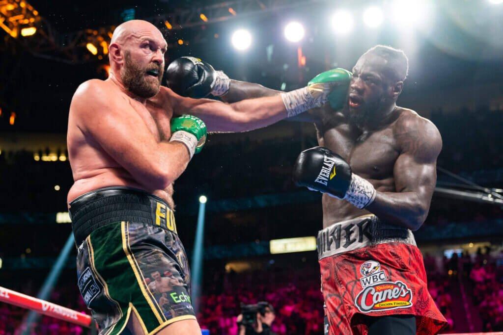 Wilder (phải) thua hai và hoà một trong ba cuộc đối đầu Fury. Ảnh: AFP