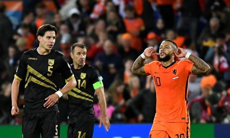 Depay giải cơn khát bàn thắng với cú đúp vào lưới Gibraltar. Ảnh: Reuters.