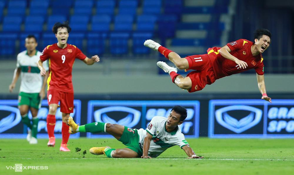 Nguyễn Tuấn Anh (số 11) trong trận đấu với Indonesia hồi tháng Sáu.