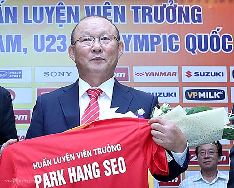 HLV Park trong lễ ra mắt hôm 11/10/2017 ở trụ sở Liên đoàn Bóng đá Việt Nam. Ảnh: Lâm Thỏa