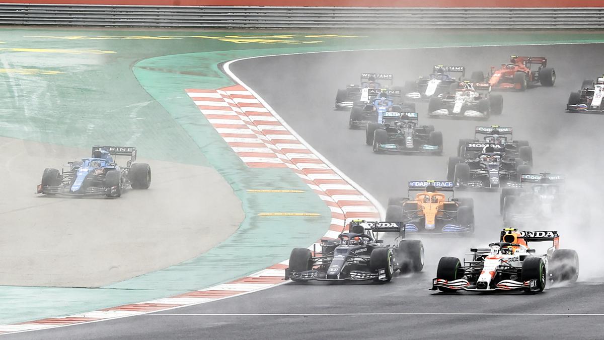 Trời mưa đã khiến chặng đua ở Thổ Nhĩ Kỳ trở thành một cuộc cân não thực sự. Ảnh: AFP