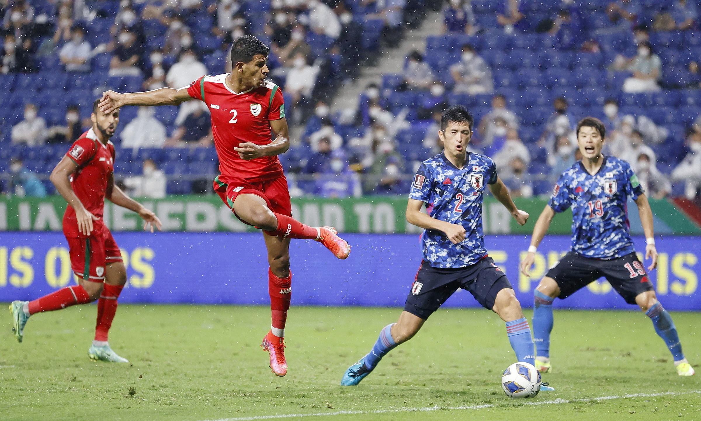 Oman (áo đỏ) bất ngờ hạ Nhật Bản ở trận ra quân. Ảnh: Reuters