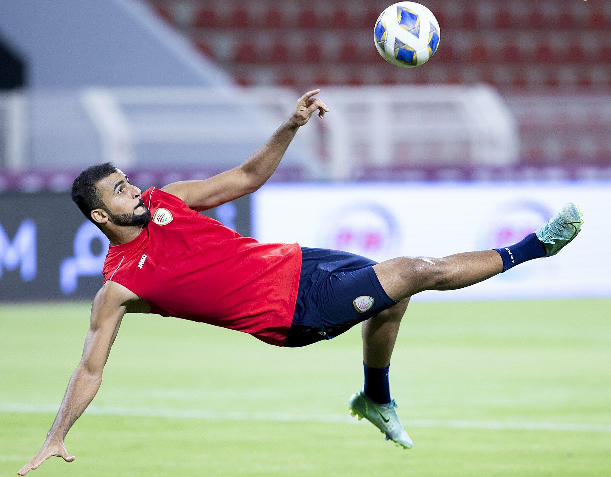 Cầu thủ Oman tập trên sân chính Sultan Qaboos, một ngày trước trận tiếp Việt Nam. Ảnh: OFA