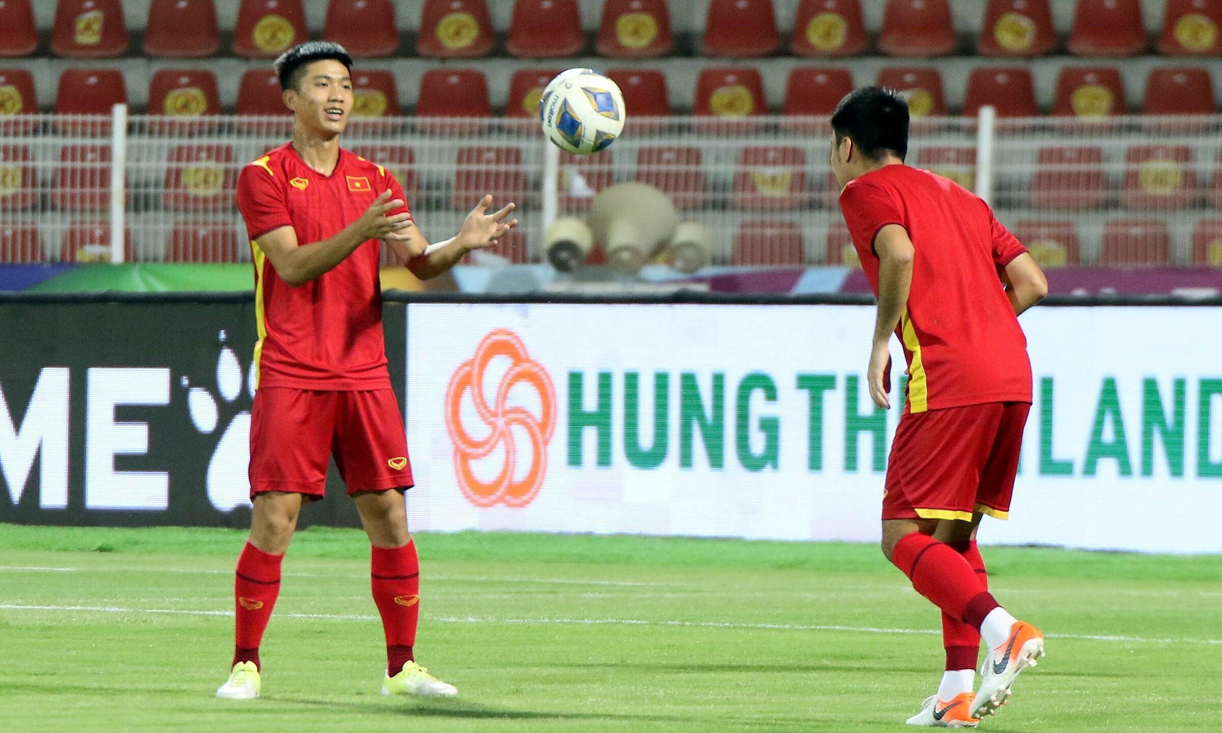 Đội tuyển Việt Nam luyện tập trên sân Sultan Qaboos một ngày trước trận. Ảnh: VFF