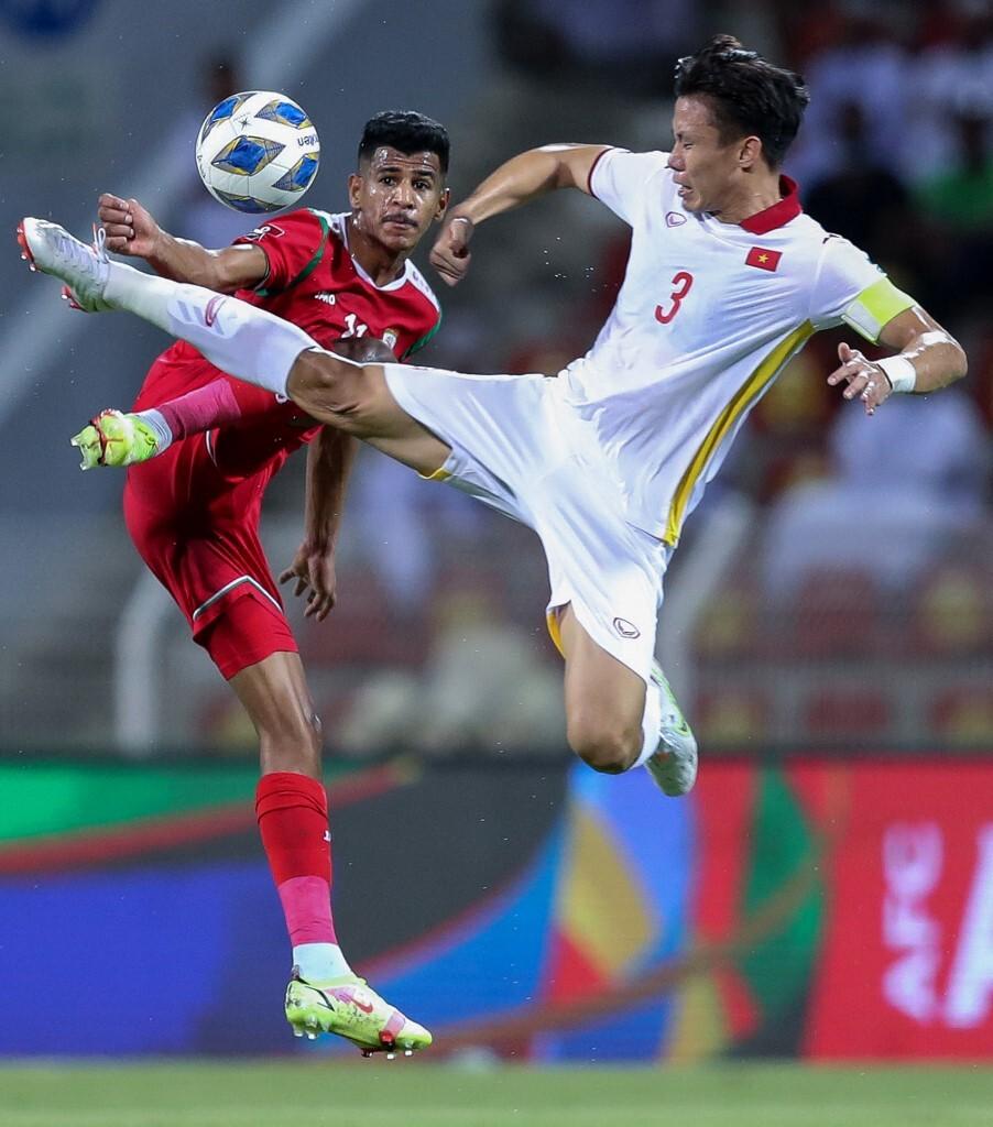 Trung vệ Quế Ngọc Hải tranh chấp với tiền đạo của Oman Issam al-Sabhi (trái) trong trận đấu ở vòng loại World Cup 2022 - khu vực châu Á trên sân Sultan Qaboos Sports Complex ở thủ đô Muscat, 12/10/2021.
