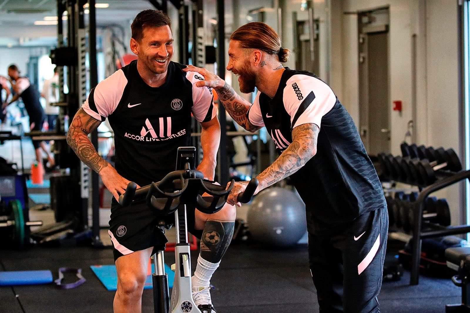 Messi và Ramos đều là biểu tượng ở những đội bóng cũ, trước khi sang PSG từ hè này. Ảnh: psg.fr
