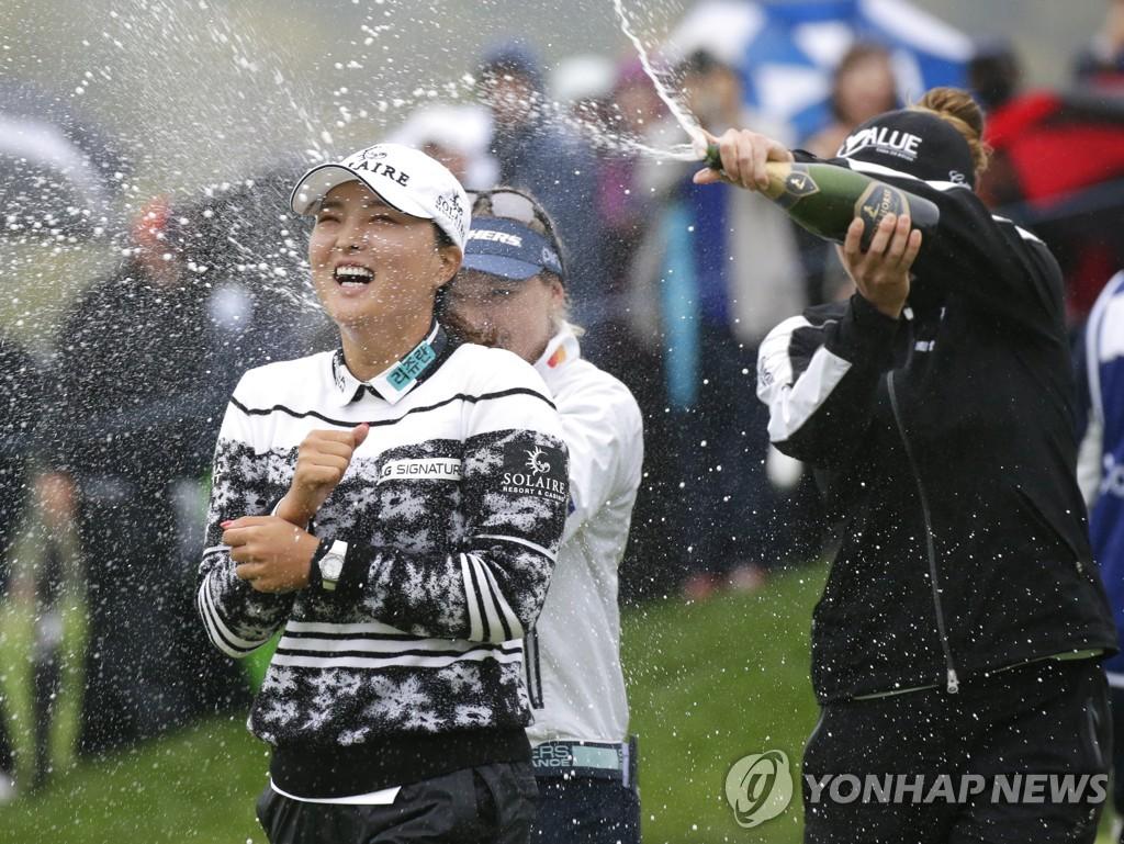 Ko Jin Young được các đồng nghiệp xịt champagne chúc mừng sau khi vô địch Founders Cup hôm 10/10. Ảnh: Yonhap