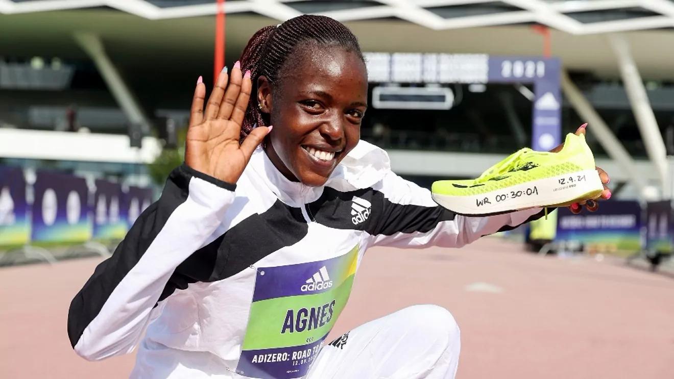 Tirop khi mừng kỷ lục thế giới chạy 10km tại Đức hôm 12/9.